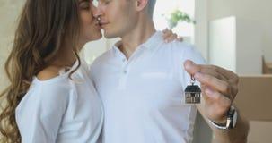 Portret van gelukkig paar nieuw huis met sleutels stock videobeelden