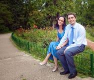 Portret van gelukkig tevreden paar bij park Royalty-vrije Stock Foto's