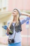 Portret van gelukkig toeristenmeisje met kaart op stadsstraat royalty-vrije stock afbeeldingen