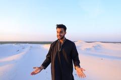 Portret van gelukkige Arabische kerel die stelt en het bekijken camer glimlacht Royalty-vrije Stock Afbeelding