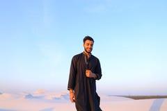 Portret van gelukkige Arabische kerel die stelt en het bekijken camer glimlacht Royalty-vrije Stock Foto