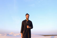 Portret van gelukkige Arabische kerel die stelt en het bekijken camer glimlacht Royalty-vrije Stock Foto's