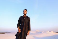 Portret van gelukkige Arabische kerel die stelt en het bekijken camer glimlacht Royalty-vrije Stock Afbeeldingen