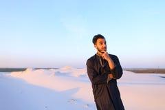 Portret van gelukkige Arabische kerel die stelt en het bekijken camer glimlacht Stock Afbeeldingen