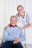 Portret van gelukkige arts en patiënt royalty-vrije stock afbeelding