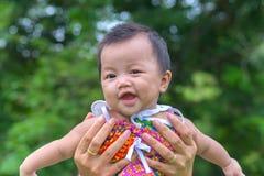 Portret van gelukkige baby bij openbaar park openlucht Stock Afbeelding