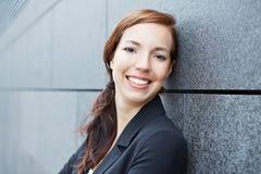 Portret van gelukkige bedrijfsvrouw stock foto's