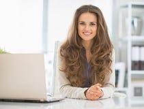 Portret van gelukkige bedrijfsvrouw in bureau Stock Afbeeldingen