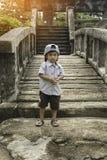 Portret van gelukkige blije mooi weinig jongen openlucht met GLB Stock Foto