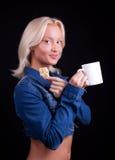 Portret van gelukkige blonde met kop en koekje Stock Afbeelding