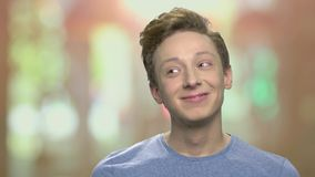 Portret van gelukkige dagdromentiener stock videobeelden