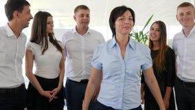 Portret van Gelukkige directeur op achtergrond commercieel team in bureau stock footage