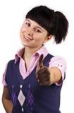 Portret van gelukkige donkerbruine vrouw die o.k. toont Royalty-vrije Stock Foto