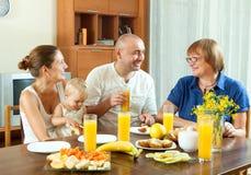 Portret van gelukkige drie generatiesfamilie die friuts eten met Stock Foto