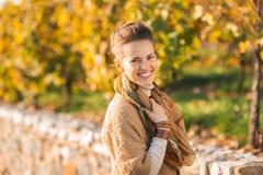 Portret van gelukkige elegante donkerbruine vrouw in de herfst in openlucht Royalty-vrije Stock Fotografie