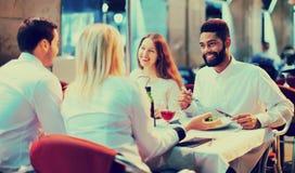 Portret van gelukkige en glimlachende volwassenen die diner hebben royalty-vrije stock fotografie