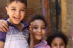 Portret van gelukkige en kinderen die, straatachtergrond in giza, Egypte spelen lachen Royalty-vrije Stock Afbeeldingen