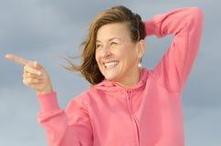 Portret van gelukkige en zekere rijpe vrouw stock foto's