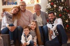 Portret van gelukkige familie bij Kerstmis royalty-vrije stock fotografie