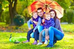 Portret van gelukkige familie in de herfstpark stock afbeeldingen