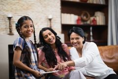 Portret van gelukkige familie die van meerdere generaties digitale tablet thuis gebruiken Stock Afbeelding
