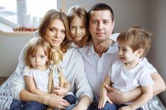Portret van gelukkige familie met drie kinderen royalty-vrije stock foto