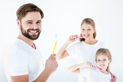 Portret van gelukkige familie schoonmakende tanden met tandenborstels stock afbeelding
