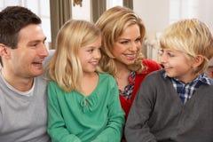 Portret van Gelukkige Familie thuis Royalty-vrije Stock Fotografie
