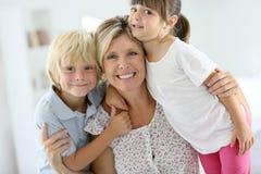 Portret van gelukkige familie thuis royalty-vrije stock foto's