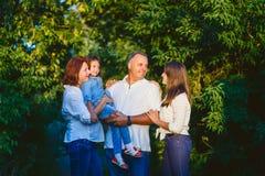 Portret van gelukkige familie in witte overhemden in het bos in de zomer Royalty-vrije Stock Afbeeldingen