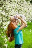 Portret van gelukkige gelukkige moeder en zoon in de lentetuin stock foto's