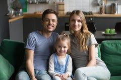 Portret van gelukkige gezonde houdende van familie met jong geitjedochter stock afbeelding