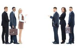 Portret van gelukkige glimlachende jonge bedrijfsmensen die leeg AR tonen Stock Foto