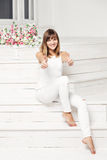Portret van gelukkige glimlachende jonge mooie vrouw binnen Royalty-vrije Stock Afbeeldingen