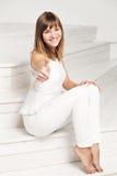 Portret van gelukkige glimlachende jonge mooie vrouw binnen Stock Fotografie