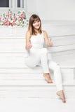 Portret van gelukkige glimlachende jonge mooie vrouw binnen Royalty-vrije Stock Foto's