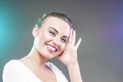 Portret van Gelukkige glimlachende Kaukasische Donkerbruine Vrouw wat betreft Hoofd Stock Fotografie