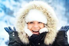 Portret van gelukkige, glimlachende vrouw, die sneeuw en de winter van dagen genieten tijdens koud seizoen Modieus portret van mo Royalty-vrije Stock Fotografie