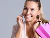 Portret van gelukkige glimlachende vrouw met roze zak die op A.M. spreekt royalty-vrije stock afbeelding