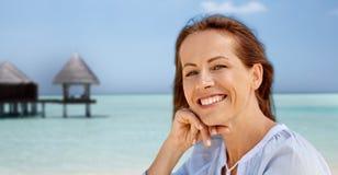 Portret van gelukkige glimlachende vrouw op de zomerstrand stock afbeelding