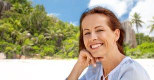 Portret van gelukkige glimlachende vrouw op de zomerstrand royalty-vrije stock fotografie