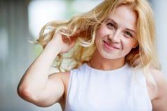 Portret van gelukkige glimlachende vrouw in openlucht royalty-vrije stock foto's