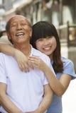 Portret van gelukkige grootvader en kleindochter samen, in openlucht in Peking royalty-vrije stock foto