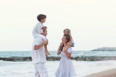 Portret van Gelukkige grote mooie familie dichtbij overzees, Royalty-vrije Stock Foto