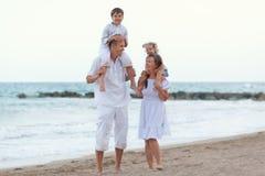 Portret van Gelukkige grote mooie familie dichtbij overzees, Royalty-vrije Stock Foto's