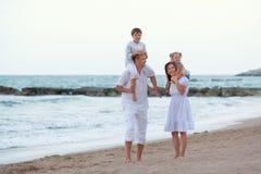 Portret van Gelukkige grote mooie familie dichtbij overzees, Stock Foto's