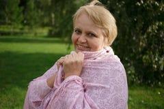 Portret van gelukkige hogere vrouw in het park op aardachtergrond Stock Afbeeldingen