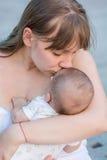Portret van gelukkige houdende van moeder en haar baby royalty-vrije stock foto's