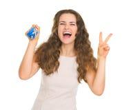 Portret van gelukkige jonge het huissleutel van de vrouwenholding Royalty-vrije Stock Fotografie