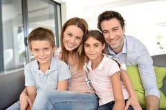 Portret van gelukkige jonge familie met kinderen thuis stock foto's